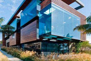 Причины популярности фасадного остекления загородного дома